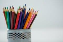 Покрашенные карандаши, который держат в держателе карандаша Стоковые Фото