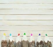 Покрашенные карандаши на деревянной предпосылке Рука делает карандаш цвета Стоковое Изображение
