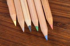 Покрашенные карандаши на древесине Стоковые Изображения
