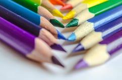 Покрашенные карандаши пересеченные на белую предпосылку Стоковые Фотографии RF
