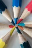 Покрашенные карандаши положенные вне в солнце Стоковые Изображения RF