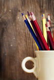 покрашенные карандаши чашки Стоковая Фотография