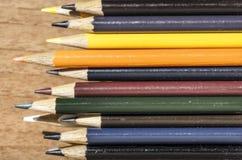 Покрашенные карандаши штабелированные в коробке Стоковые Фотографии RF