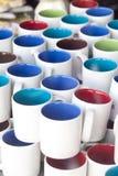 Покрашенные керамические чашки Стоковые Фото