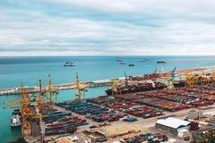 Покрашенные контейнеры на предпосылке моря бирюзы стоковые фотографии rf