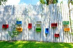Покрашенные коробки на деревянной загородке Стоковая Фотография
