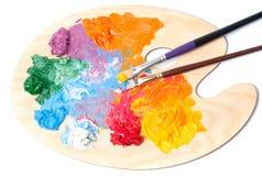 Покрашенные краска и щетки масла на палитре стоковое фото rf