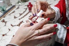 Покрашенные красные ногти стоковая фотография