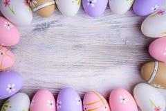 Покрашенные красочные пасхальные яйца с космосом экземпляра на серой деревянной предпосылке Стоковые Изображения RF