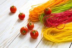 Покрашенные макаронные изделия с овощами Стоковое Фото