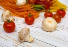 Покрашенные макаронные изделия с овощами Стоковое фото RF