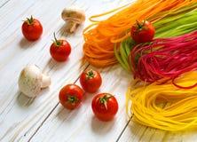 Покрашенные макаронные изделия с овощами Стоковая Фотография