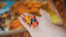 Покрашенные несколько Dices падение на таблицу с Boardgame сток-видео