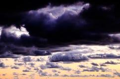 Покрашенные облака на заходе солнца Стоковые Изображения