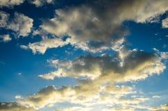 Покрашенные облака на заходе солнца Стоковое Изображение