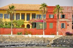 Покрашенные дома на острове Goree, Сенегала Стоковая Фотография RF