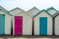 Покрашенные дома на пляже, красочной двери к коттеджам лета, s Стоковое фото RF