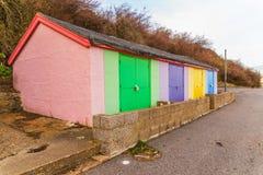 Покрашенные дома на пляже, красочной двери к коттеджам лета, s Стоковое Изображение RF