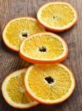 Покрашенные оранжевые куски на деревянной предпосылке Взгляд сверху Стоковые Фото