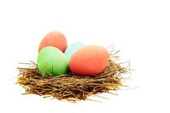 Покрашенные пасхальные яйца в гнезде соломы стоковые изображения rf