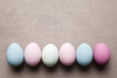 Покрашенные пасхальные яйца на предпосылке grunge Стоковое Изображение