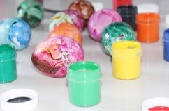 Покрашенные пасхальные яйца Особенная краска для пасхальных яя стоковые фото