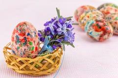 Покрашенные пасхальные яйца в плетеной корзине Стоковая Фотография RF