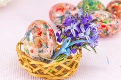 Покрашенные пасхальные яйца в плетеной корзине Стоковое Фото