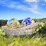 Покрашенные пасхальные яйца и голубое небо стоковые изображения