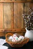 Покрашенные пасхальные яйца и молодые ветви вербы Стоковое фото RF