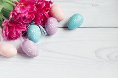 Покрашенные пасхальные яйца на белой предпосылке Стоковое фото RF