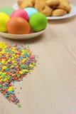 Покрашенные пасхальные яйца на деревянной предпосылке Атрибуты пасха Стоковые Фотографии RF