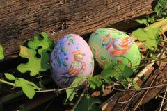 Покрашенные пасхальные яйца спрятанные на траве, готовой для игры игры охоты пасхального яйца традиционной Стоковые Изображения