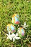 Покрашенные пасхальные яйца спрятанные на траве, готовой для игры игры охоты пасхального яйца традиционной Стоковое Изображение RF