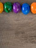 Покрашенные пасхальные яйца с текстом экземпляра стоковые фото