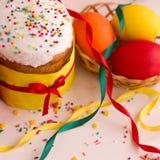 покрашенные пасхальные яйца торта Стоковое Изображение