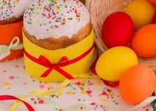 покрашенные пасхальные яйца торта Стоковые Фотографии RF