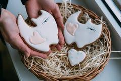 Покрашенные печенья в женских руках Стоковое фото RF
