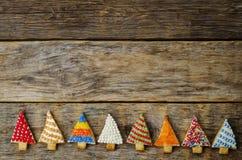 Покрашенные печенья рождественской елки на темной деревянной предпосылке Стоковая Фотография RF