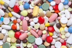 Покрашенные пилюльки, таблетки и капсулы Стоковое фото RF