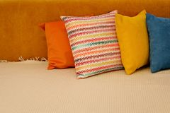 Покрашенные подушки и с картиной в прокладке подушек на кровати Интерьер современной спальни с уютной кроватью Остатки, спать, ко стоковая фотография rf