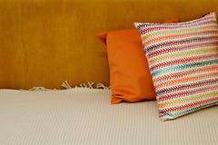 Покрашенные подушки и с картиной в прокладке подушек на кровати Интерьер современной спальни с уютной кроватью Остатки, спать, ко стоковое фото