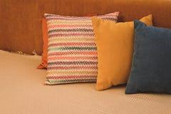 Покрашенные подушки и с картиной в прокладке подушек на кровати Интерьер современной спальни с уютной кроватью Остатки, спать, ко стоковое изображение