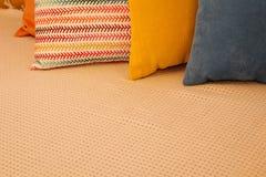 Покрашенные подушки и с картиной в прокладке подушек на кровати Интерьер современной спальни с уютной кроватью Остатки, спать, ко стоковые изображения rf