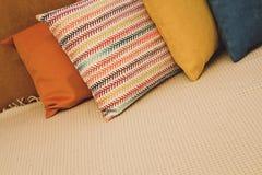 Покрашенные подушки и с картиной в прокладке подушек на кровати Интерьер современной спальни с уютной кроватью Остатки, спать, ко стоковое фото rf