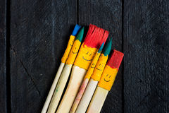 Покрашенные потеха улыбки щеток и счастливый Стоковое Фото