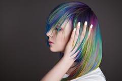 Покрашенные прямые волосы Портрет красивых женщин с волосами летания Ombre градиент Белый дизайн маникюра стоковая фотография rf