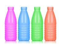 Покрашенные пластичные бутылки изолированные на белой предпосылке Стоковые Фотографии RF