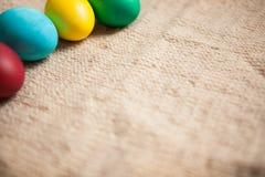 Покрашенные другие цвета яичек на предпосылке старого стиля с космосом экземпляра Стоковые Фотографии RF