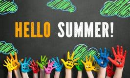 Покрашенные руки детей с сообщением & x22; здравствуйте! summer& x22; стоковые фотографии rf